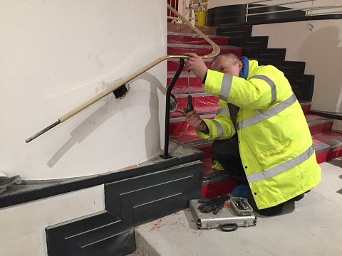 We returned the restored handrails to the theatre and installed them to the staircase before giving them a final polish. The new balustrades were installed onto the podiums.